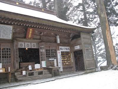 雪が積もった砥鹿神社奥の院
