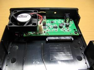 ③S-ATAのソケットへHDDを差し込む