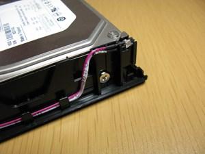 ④側面を2か所ねじ止めしてHDDを固定する。