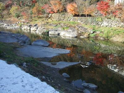 川面に映る紅葉