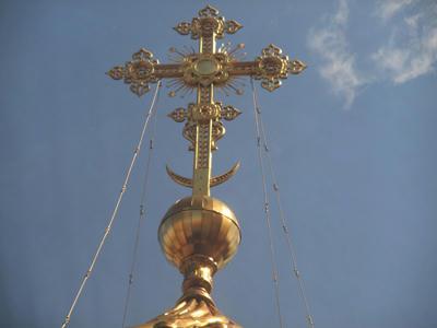 キューポラの上の十字架