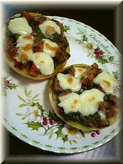 トマトとモッツァレラチーズのオープンサンド