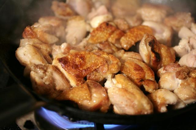 鶏肉をソテーする