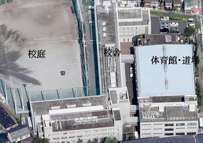 校庭と体育館の間に建つ校舎