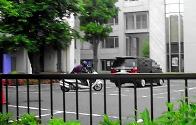 改造バイクで校内を疾走する職員