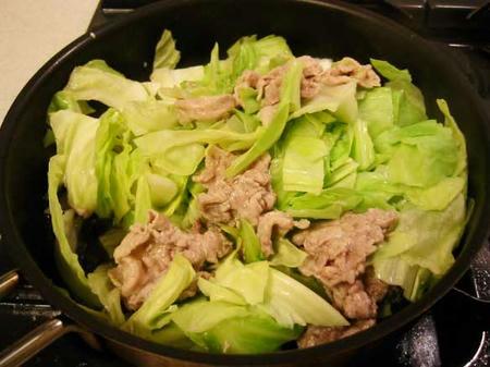 豚肉とキャベツをかき混ぜる