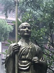 霊隠寺の空海大師像