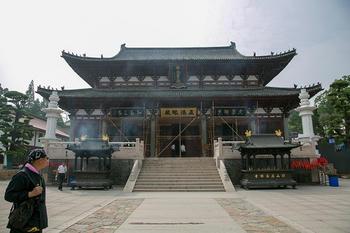 径山寺の大宝殿・各所に足場が架かっており、左右には尊勝陀羅尼の石碑がある