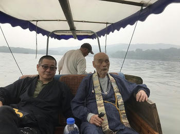 西湖を舟で周遊