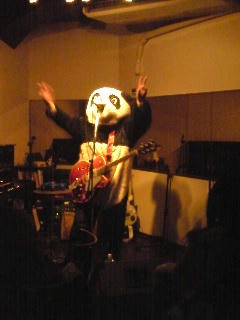 パンダの着ぐるみで弾くギター。
