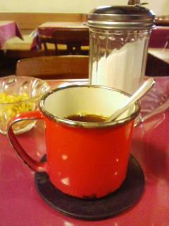 このくたびれた赤いカップ。