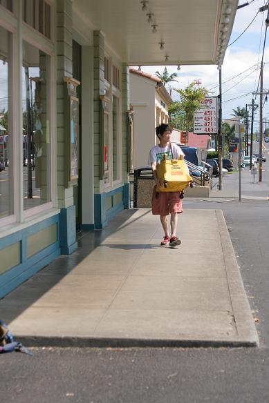 レオが小麦粉の袋を持って歩くシーンをなぞって。