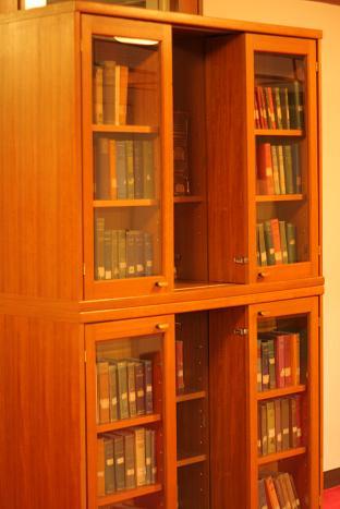 昔々の本がたくさん。
