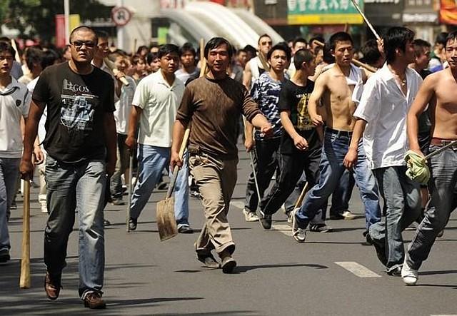ウイグルで暴徒化した漢人たち