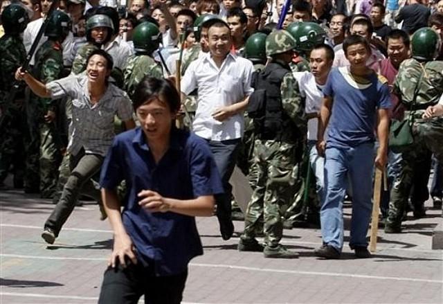 警察は中国人暴徒を制止せず