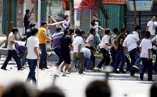 集団で投石する中国人暴徒
