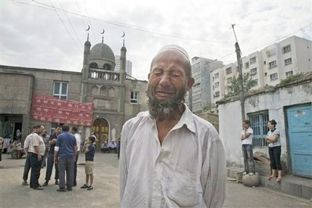 悲しむウイグル人の老人