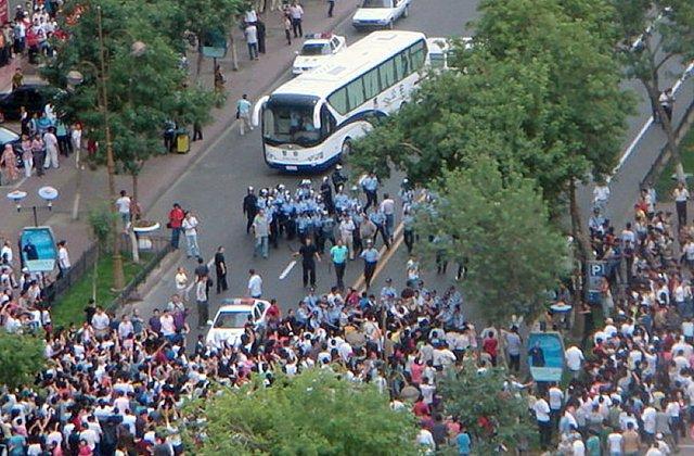 学生たちのデモに一般人も加わる