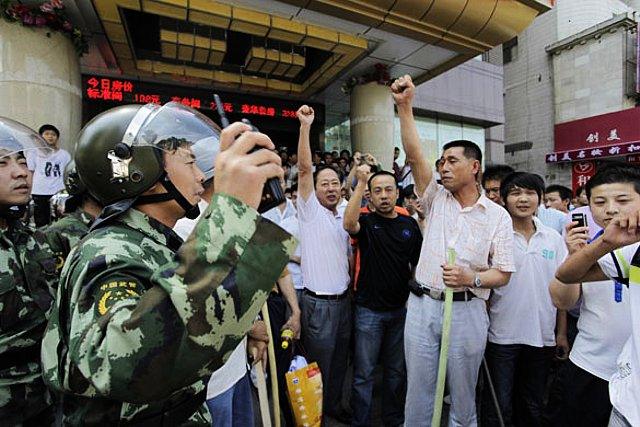 中国の武装警察は中国人暴徒と大の仲良し。ウイグル人を暴行し、いっしょに気勢を上げる