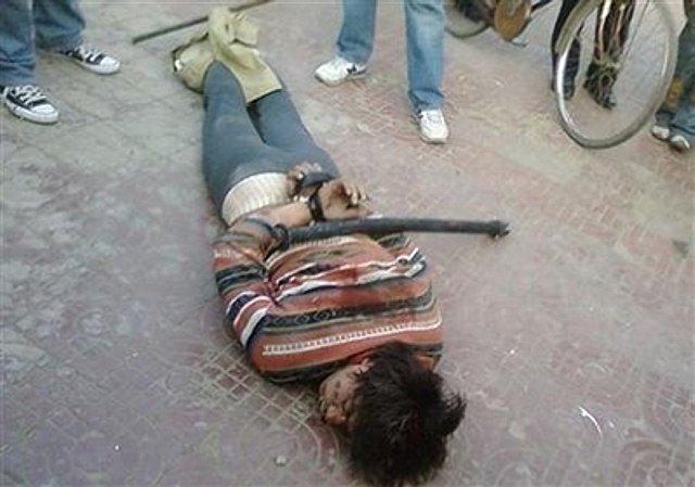 手を縛られて暴行された犠牲者