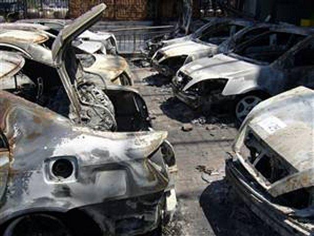 暴徒に焼かれた多数の車