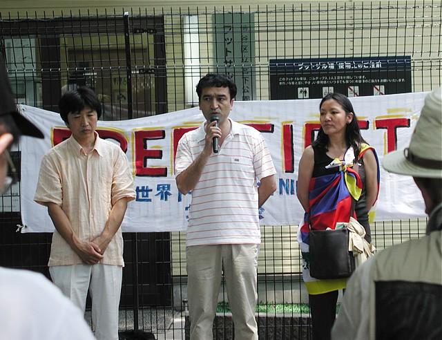 スピーチするウイグル人イリハム氏。左がモンゴル人ダイチン氏。右がチベット人女性。