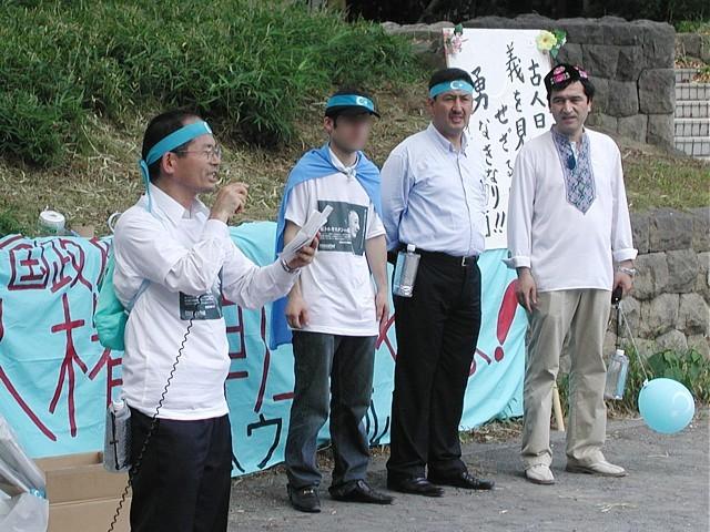 司会(右)とウイグル人3名(トムトルコ氏の通訳を務めた方、世界ウイグル会議副総裁トムトルコ氏、日本ウイグル協会会長イリハム・マハムティー氏)
