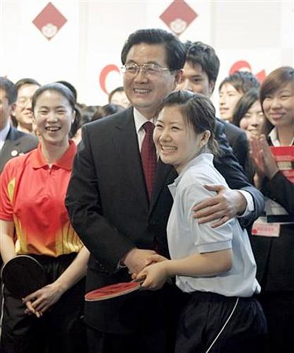 満面の笑みの愛ちゃんと胡錦涛