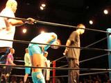 選手入場。左端のハゲはヒロ斉藤