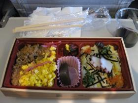 韓国旅行 1日目 JAL 機内食 二食丼御膳『二食そぼろ御飯 たらこちらし寿司』