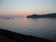 南紀 3日目 南紀串本温泉 「浦島ハーバーホテル ハーバーイン」 客室の窓から見た朝日 5:43