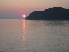 南紀 3日目 南紀串本温泉 「浦島ハーバーホテル ハーバーイン」 客室の窓から見た朝日 5:44