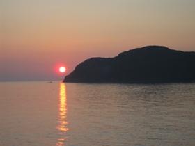 南紀 3日目 南紀串本温泉 「浦島ハーバーホテル ハーバーイン」 客室の窓から見た朝日 5:45