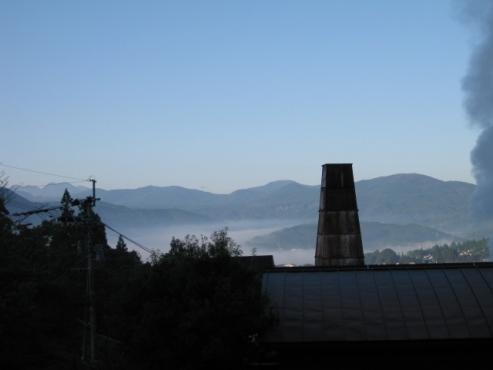 湯布院温泉 ゆふいん泰葉 客室窓からの眺め 午前7時14分撮影
