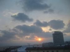 38稚内 ホテルおかべ汐彩亭 客室窓からみた朝日