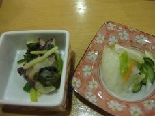 66稚内温泉 稚内グランドホテル 夕食 利尻産ワカメとタコのヌタ添え/香の物