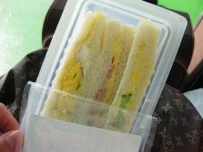 フェリー内で朝食 サンドウィッチ