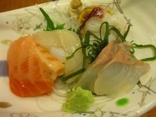 利尻マリンホテル 夕食 お造り:活帆立貝、サーモン、蛸頭