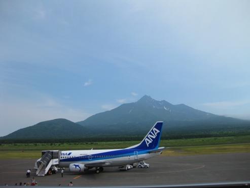 利尻空港 ANA飛行機と利尻山