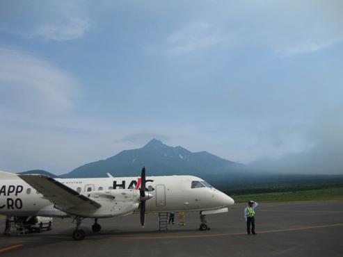 利尻空港 HAC飛行機と利尻山