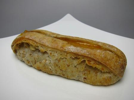 ベーカリーカフェ パン工房 ハイジ あんずチーズのライ麦パン