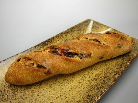 Raine クルミとフルーツのハード系パン