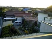 母屋一階の屋根から庭を見下ろす
