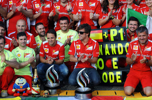 フェラーリの仲間と共に勝利を祝うフェルナンド・アロンソ(ドイツGP/ホッケンハイム、2012年7月22日)