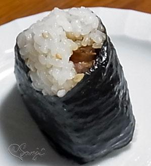 ソーキがはみ出している沖縄のうまい!まーさん豚軟骨ソーキおにぎり