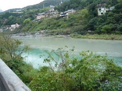 川沿いに公共の温泉が。