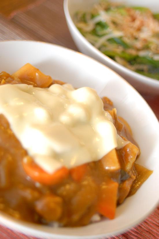 【Denner】チーズカレーとほうれん草ともやしの酢の物(写真食堂)