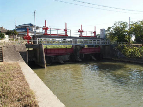 西川水路橋(新潟県) 水の立体交差|轍のあった道